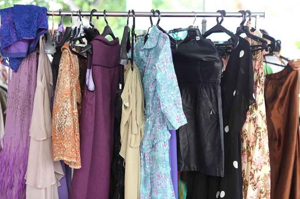 mulheres roupas brechó