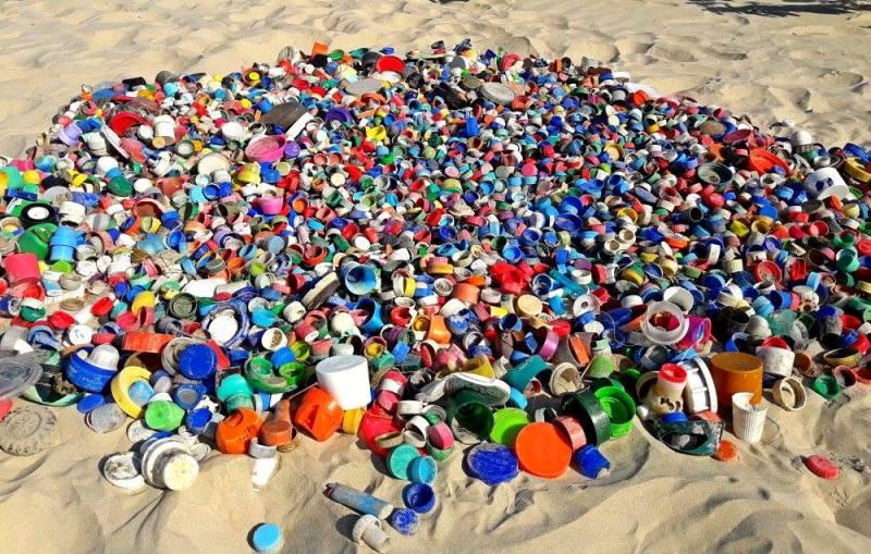 toneladas de plástico das praias se transformam em embalagens de protetor solar
